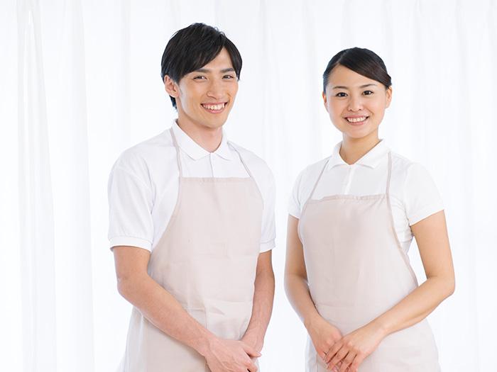 笑顔の男性スタッフと女性スタッフ