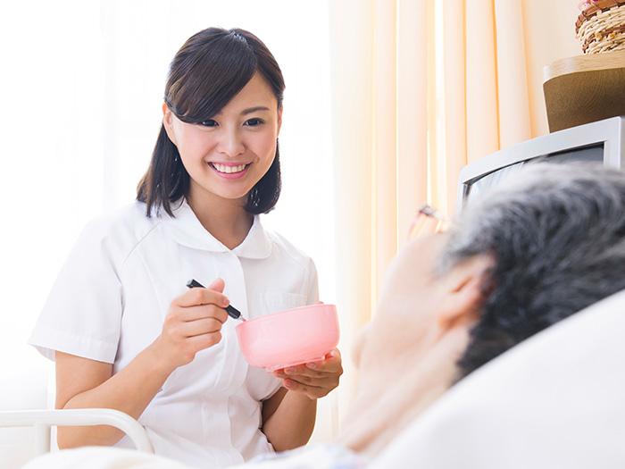 笑顔で給仕をする女性スタッフ