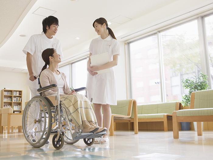 スタッフと談話中の車椅子に乗っている女性