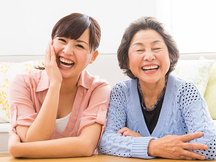 明るい笑顔のご利用者様と女性スタッフ