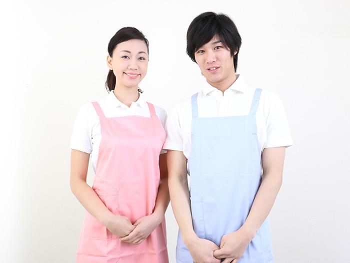 女性スタッフと男性スタッフ